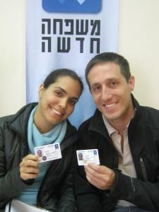 בצילום : בני זוג שהנפיקו תעודות זוגיות של ארגון משפחה חדשה
