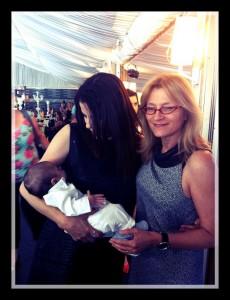 """עו""""ד אירית רוזנבלום והאם הטרייה עם התינוק הראשון בעולם שנולד לאחר פטירת אביו לאם שלא הכירה  את האב."""