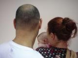 משפחה חדשה שלא יכולה לרשום את בתם המשותפת