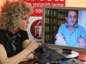 """עו""""ד אירית רוזנבלום בשיחת וידאו עם דן גולדברג והתאומים בהודו"""